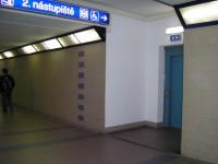 přístup k výtahům vedoucím na nástupiště