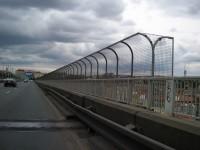 Nuselský most v Praze - bezpečnostní nástavba na zábradlí