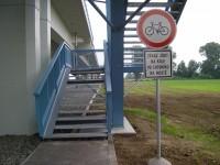 Schodiště spojující cyklostezky a chodník na mostě