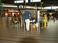 Schiphol Amsterdam - eskalátory k vlakům