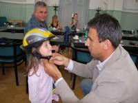 Hejtma Jiří Zimola předává cyklistickou helmu