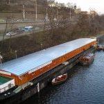 Loď pro bezdomovce kotví v Praze .