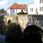 Z mostu přes mlýnské rameno je pěkný pohled na zámek