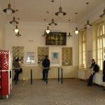 Rekonstruovaná budova nádraží v Praze- Vršovicích září novotou