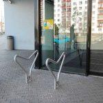Cyklisté mohou využívat nové cyklostojany umístěné  před galerií Dvořák