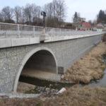 Nový most v Ledenicích vede po náspu z gabionů