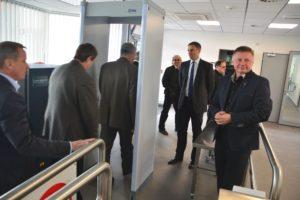 Foto - Krajští radní včetně hejtmana Jiřího Zimoly si v doprovodu ředitele letiště Ladislava Ondřicha prohlížejí na letišti novou budovu osazenou bezpečnostními prvky, která bude sloužit jako vstupní brána pro zaměstnance a nájemce v neveřejné části letiště.