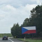 Proč naše dálnice lemují billboardy se státní vlajkou?