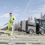 VPlzni pomáhá při čištění městského mobiliáře stroj, který umí také ekologicky likvidovat plevel