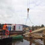 Probíhá výměna dřevěných ledolamů na Karlově mostě vcentru Prahy