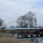 U obce Kochánky se klene nad Jizerou obloukový most