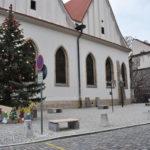 Vcentru Prahy zdobí vánoční stromek také revitalizované Betlémské náměstí