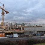 Na Černém Mostě se buduje nový parkovací dům