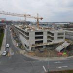 Stavbaři dokončili hrubou stavbu parkovacího domu na Černém Mostě