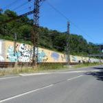 Na stěnách podél železniční trati vznikají velkoformátové malby