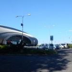 Socha kosmonauta zdraví návštěvníky před letištěm v Karlových Varech