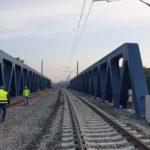 Nový železniční most v Čelákovicích začíná sloužit dopravě